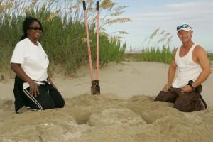 homme, femme, creuser, trou, sable, plage