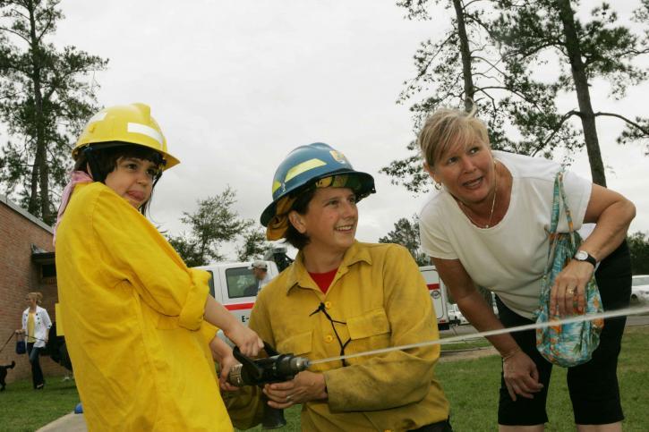 mère, fille, jouer, pompier