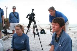les gens, plage, parler, tournage, appareil photo