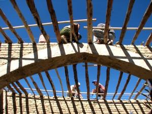 Anheben, Dach, traditionelle, Gebäude, Techniken, wieder hergestellt, zusammenbrach, traditionelle, Dorf, Oliven-, Mühle
