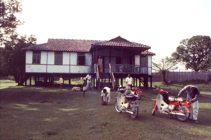 repos, maison, pays, Bangladesh, trois, scooters, garé, devant, ainsi, six occupants