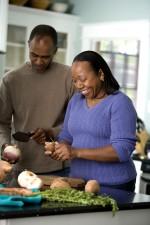 Küche, Messer, ein Mann, eine Frau, Peeling, Zwiebel, Süßkartoffel