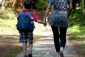 αγόρι σχολείο, περπάτημα, χέρι, χέρι, ένα, οι εκπαιδευτικοί