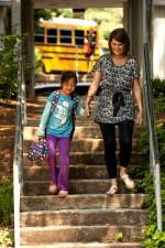 koulutyttö, kävely, käsi, käsi, yksi, opettajat, lento, sementin, portaat alas