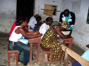 étudiants, bong, comté, le Libéria, l'étude, la chandelle