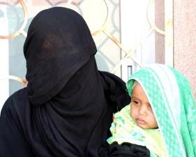 madre, niño, posición, exterior, la asistencia sanitaria, instalación, Yemen