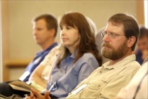 trois, les gens, écoute, attentivement, haut-parleur, réunion