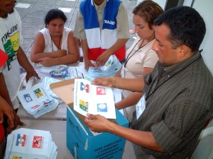 woman, paper, counting, ballots, San Salvador