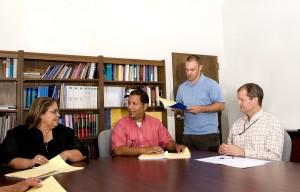 trabajadores, sentado, reunión, mesa, discutiendo