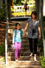 млади, Азия, Америка, училище момиче, ходене, ръка, ръка, един, учители