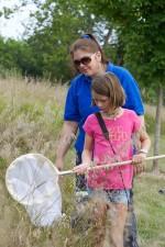 mladá dívka, učí, zachytit, hmyz, čisté