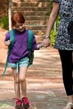 nuori, punatukkaisia, koulutyttö, kävely, käsi, käsi, yksi, opettajat