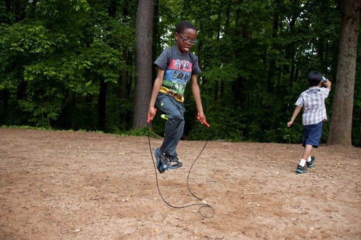 jeune, étudiant, amusement, jeu, saut, corde