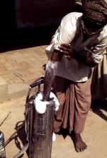 ouvrier, mélange, malathion, pulvérisation, suspension, à découvert, la main, le bras