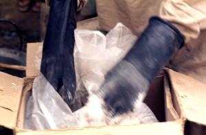 trabalhador, abertura, malathion, pó, recipiente, coberto, mãos, braços