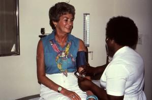 femme, infirmière, processus, la conduite, le sang, la pression, l'examen, assis, femme, patient,