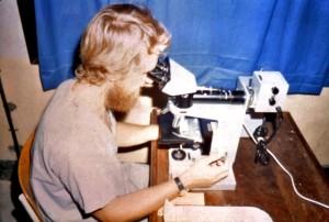 laboratorian, prikazano, izgleda, mikroskop, uzorci, prikupljaju, polje