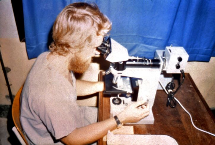 laborantin, montré, regarder, microscope, échantillons, recueillis, champ