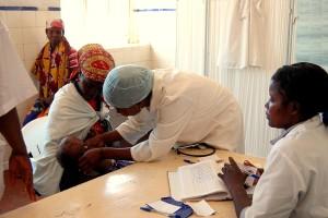 verpleegkundige, lokale, kliniek, Huambo, provincie, Angola, check, patiënt, baby, voorschrijven