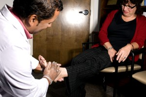 医師は、患者の足を調べると、