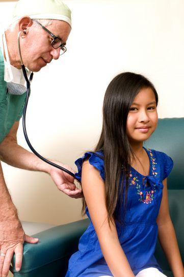stetoscop, medicul, tanara, înapoi, efectua, toracice, auscultare