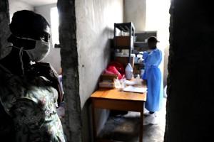 femme, stands, couloir, personnel, préparer, les fournitures, le choléra, le traitement, le centre
