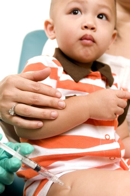 jeune garçon, réception, injection, latérale, la cuisse, le muscle