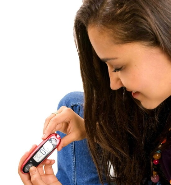jeune, diabétique, fille, processus, transport, auto, suivi, le sang, le glucose, le test