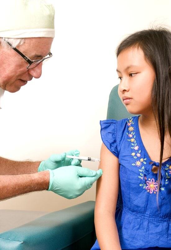jeune fille, réception, injection, bras, muscle