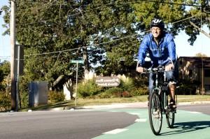 glimlach, mannelijke, fietser, blauw