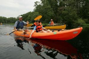 jeune enfant appréciant, eau, kayak, voyage