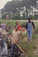 garçons américains Afro, catchinh, poisson, filet, rivière