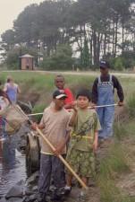 Afro amerikanske drenge, catchinh, fisk, net, floden
