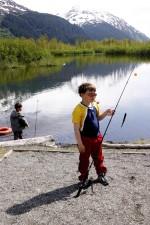 garçon, pêche, poteau, petit poisson