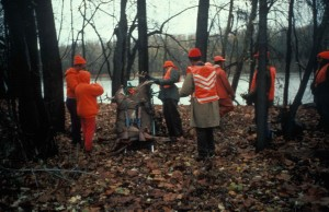 ryhmän metsästäjiä, metsä