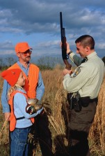 zákona, presadzovania, dôstojník, demonštruje, poľovníctvo, bezpečnosti, techniky, lovci