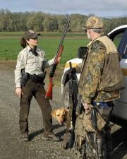 zákona, presadzovania, dôstojník, hovorí, lovec