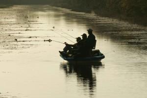 trois, hommes, silhouette, vitreux, l'eau, bateau de pêche