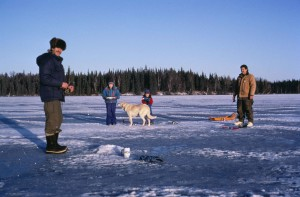 два, дорослих, чоловік, діти, насолоджуватися, катання на ковзанах, лід, Риболовля