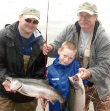 deux, hommes, jeune garçon, pêche