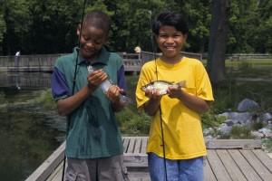 deux, jeunes garçons, spectacle, attrapée, poissons