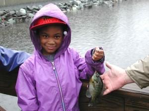 jeune, africaine, américain, fille, sourire, tenue, pêche, des prises