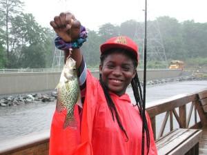 unga, African American, tonårig flicka, leende, njuta, fiske, regniga, dag