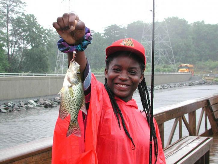 Mladi, Afroamerička, tinejdžerski djevojka, osmijeh, uživajte u ribolov, kišne, dan