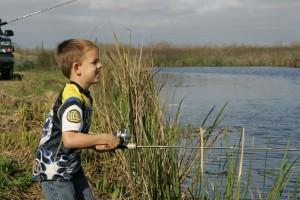младо момче ползващи, ден, Риболов