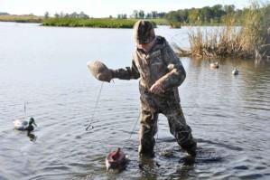 jeune garçon, chasseur, canard, chasse, engins