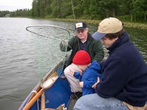 Junge, fröhlich, schauen, Angeln, erste Fisch