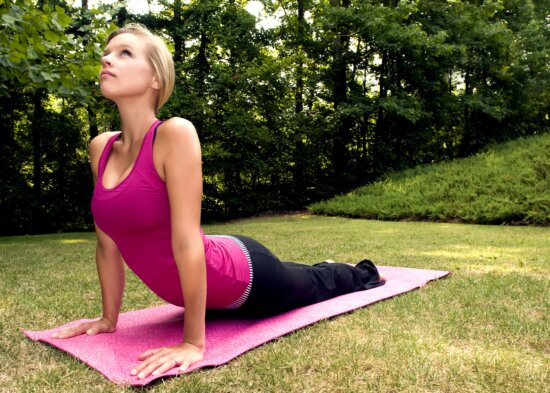 đẹp, tốt đẹp đang tìm kiếm cô gái, thực hành yoga, đặt ra