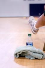 extendido, piernas, sentado, hombre, atleta, sentado, tumbado, silla, sala, baloncesto, cancha