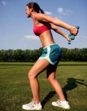 žena, stoji, trava, trčanje, staza, zagrijavanje